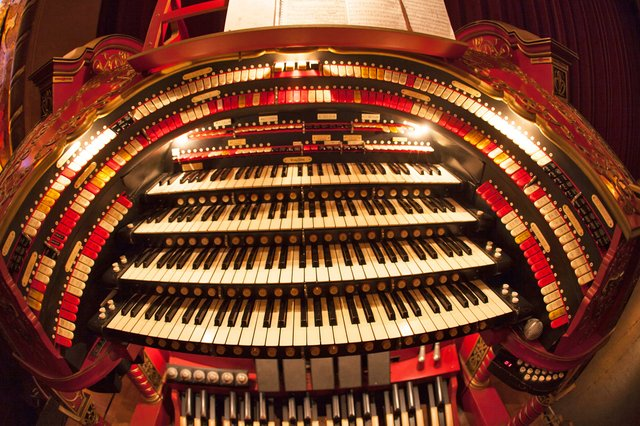 HAPPS-Alabama-Theater_wurlitzer-manuals-full-frontal-fisheye.jpg